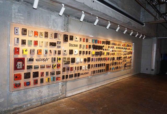 画像: 237台のウォークマンがずらりと並ぶ「Walkman Wall」