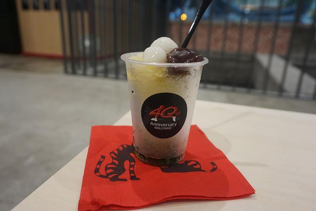 """画像: Ginza Sony Park横のトラヤカフェでは、7月31日までの期間限定、1日20食限定で「あんペーストかき氷と白玉餅〜もち歩けるかき氷」を販売している。ウォークマンは音楽を""""もち""""歩けるから……"""