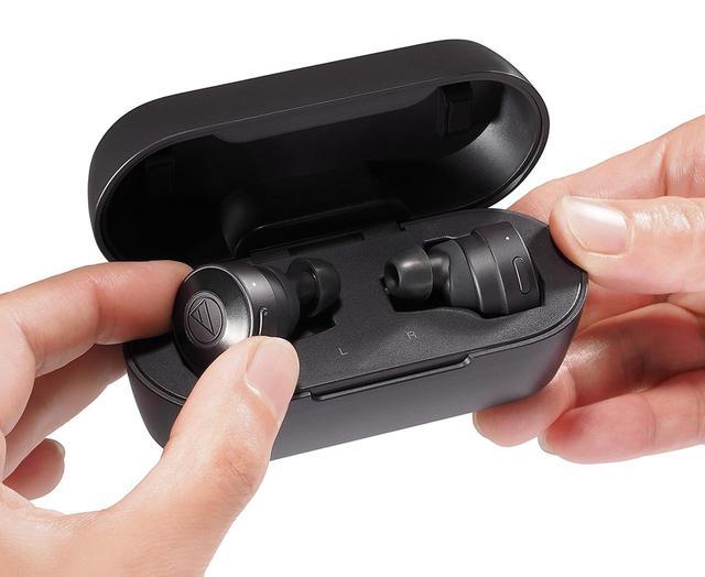 画像: バッテリー内蔵の専用ケースも付属している。重さは本体が約8g(L/Rとも)、充電ケースは約60g