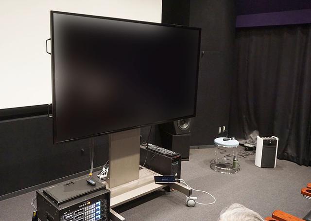 画像: 「ゼロ グラビティ」試写会の様子。8K液晶モニターを使って全編が上映された