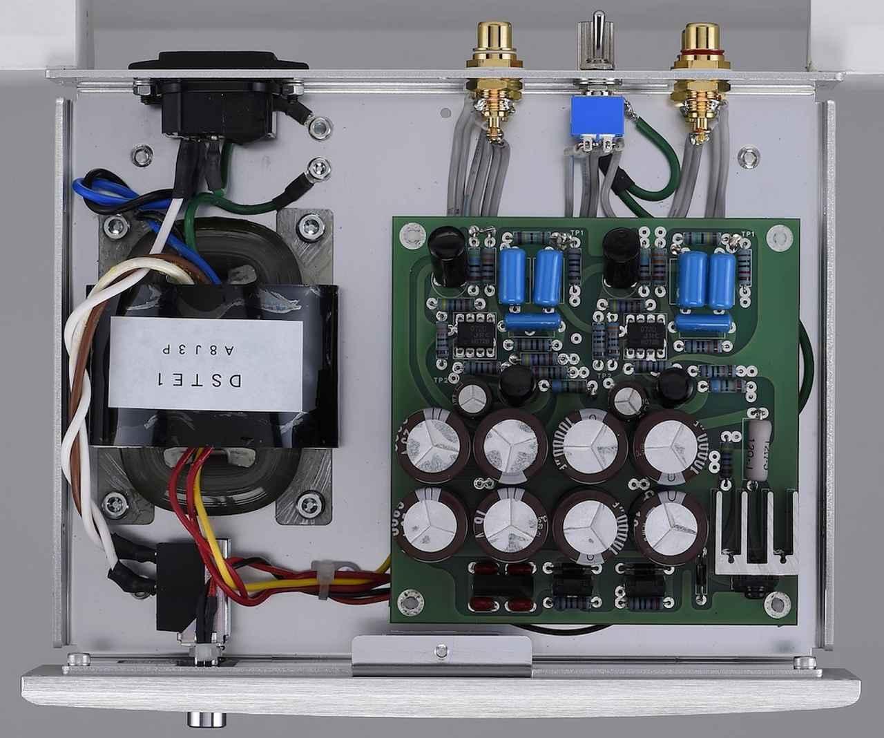 画像: イコライザー部の内部。増幅素子にオペアンプを採用することで部品点数を削減。電源トランスにはリーケージフラックスの少ないRコアトランスを採用する。
