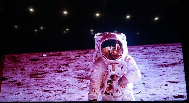 画像: 『月着陸50年 ムーンウォーカーが見た絶景』より。ヘルメットのサンバイザーにアームストロング船長の姿が映っている (c)NASA