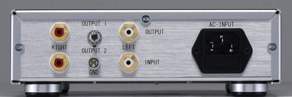 画像: DS専用イコライザー部のリアビュー。入力、出力ともに1系統で、出力はOUTPUT1(通常出力)とOUTPUT2(サブソニックフィルター出力)を切替え可能。