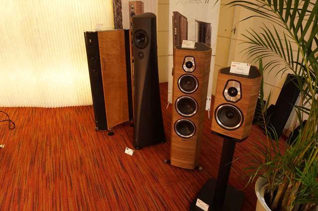 画像: ずらりと並ぶスピーカーシステムは、写真左からフランコ・セルブリン「Ktèma」、エステロン「YB」、ソナス・ファベール「Sonetto V」、「Sonetto Ⅰ」
