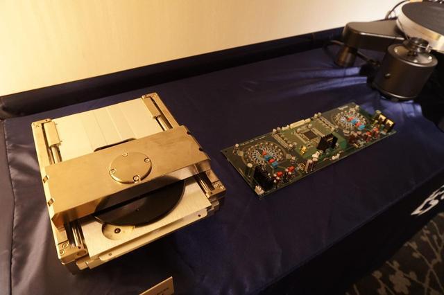 画像: 写真左が重量13.5KgにもおよぶSACD/CDメカエンジン「VRDS-ATLAS」、写真右が「マスターサウンドディスクリートDAC」基板