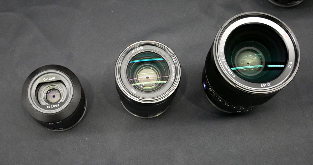 画像: 中央が新製品の「FE35mm F1.8」。右が「SEL35F14Z」