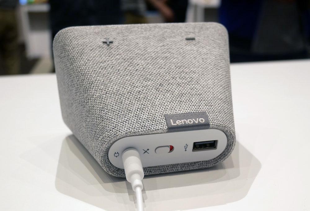 画像: Lenovo Smart Clockの背面。マイクミュートボタンと、スマートホンなどの充電用USB端子を装備する