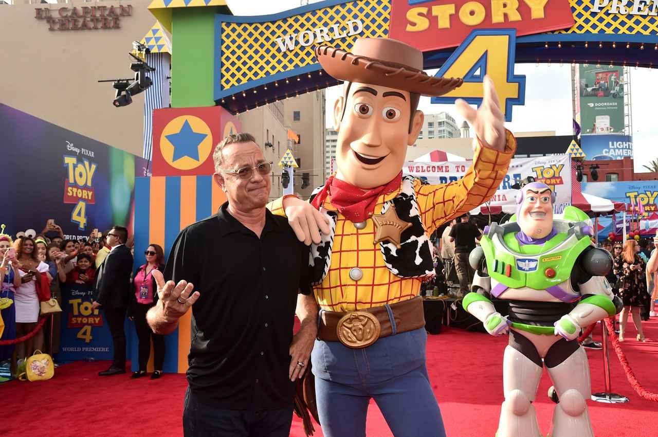 """画像: 6月、ハリウッドで行われた『トイ・ストーリー4』のワールドプレミアに登場したトム・ハンクス。""""20年来の相棒""""ウッディとツーショットを披露"""