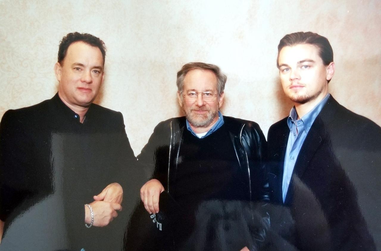 画像: 左より、トム・ハンクス、スティーヴン・スピルバーグ、レオナルド・ディカプリオ。ピリピリした雰囲気になるのも無理はない、夢のようなスリーショット!