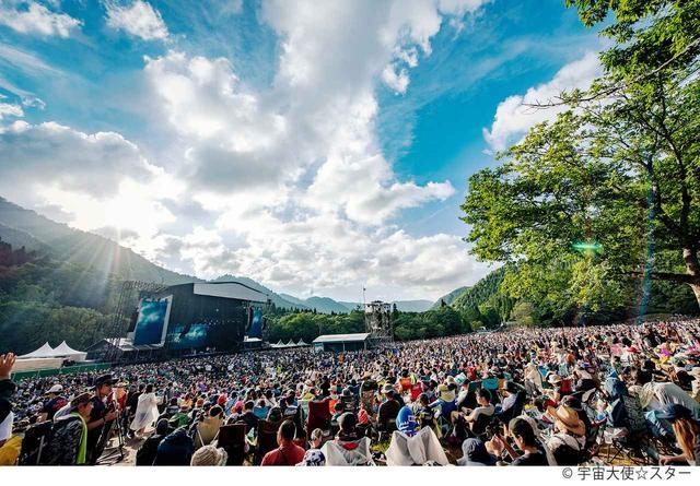 画像: 夏フェスと言えば、『フジロック』。メイン会場の『GREEN STAGE』収容人数は約4万人と言われている。