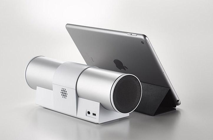 画像: ▲写真のように、10.5インチのiPad Airなどと組み合わせることで超コンパクトなパーソナルシアターを楽しむことも可能だ