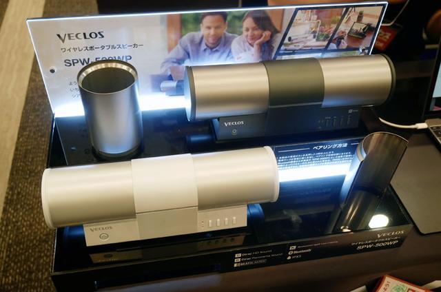 画像: ▲サーモスが展開するVECLOSブースでは、発表ほやほやの新製品「SPW-500WP」を展示。タブレットやノートパソコンの背面に置くだけで、臨場感豊かなサウンドが楽しめるパワードスピーカーだ