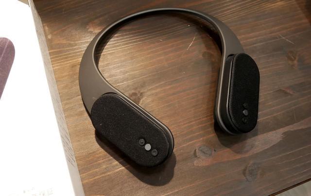 画像: ▲先月発売されたばかりのワイヤレススピーカー「OWL-BTSP08」(¥8,000前後)。肩乗せ式のスピーカーとしての用途に加え、スピーカーユニットはネックバンド部分から取り外すことができ、ペアのBluetoothスピーカーとしても使える便利な製品。定位感はしっかりしており、耳(頭)のまわりに適切なサウンドフィールドを構築してくれる