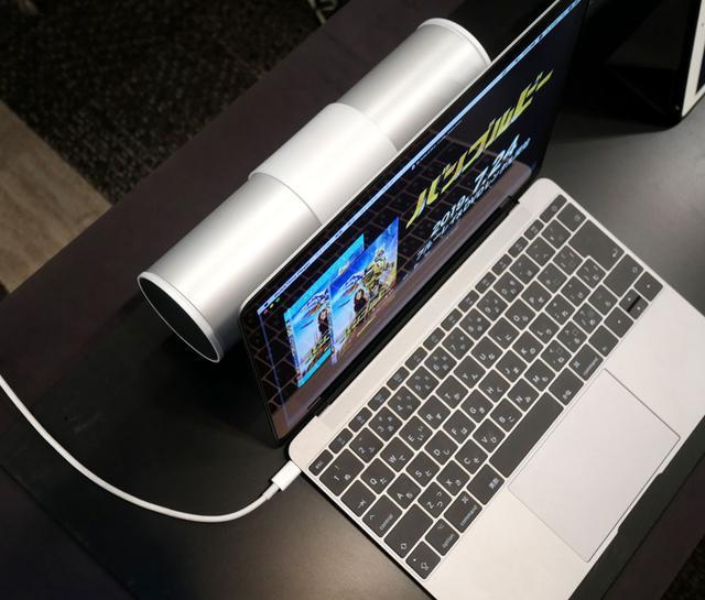 画像: ▲実際にノートパソコンの後ろに本機を設置した状態で試聴デモを行なっていた。音場感を高めてくれる「Dirac Panorama Sound」を、国内AV機器としては初搭載したということで、パソコンの後ろにあるとは思えない音場感、臨場感が堪能できた