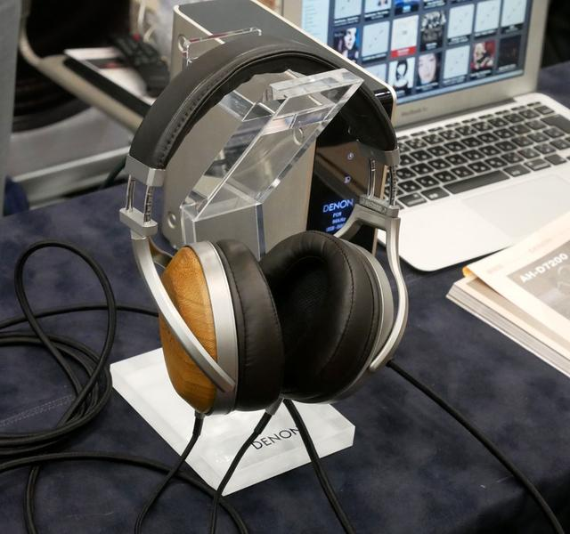 画像: ▲DENONブースでは、各種ヘッドホンを展示していたが、中でも注目はHiVi夏のベストバイ2019のヘッドホン部門3で一位を獲得した、同社フラッグシップヘッドホン「AH-D9200」だろう