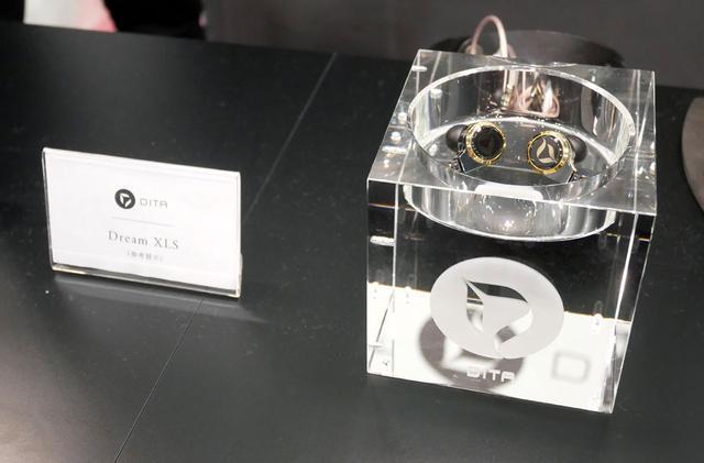 画像: ▲DITAブースでは、次期フラッグシップモデルとなる「Dream XLS」を参考展示。新開発のドライバーに、チタン筐体を組み合わせた豪華な仕様。盛夏~晩夏のころに発売の見込みで、予価は¥250,000前後とか