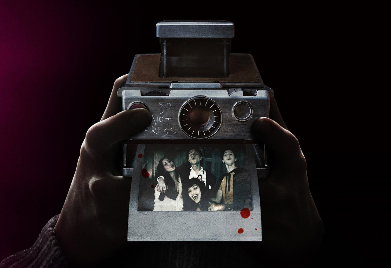 画像: 主人公サラがバイト先のアンティーク店でヴィンテージのポラロイドカメラを手に入れたことをきっかけに、高校生たちが思わぬ悲劇に巻き込まれる……