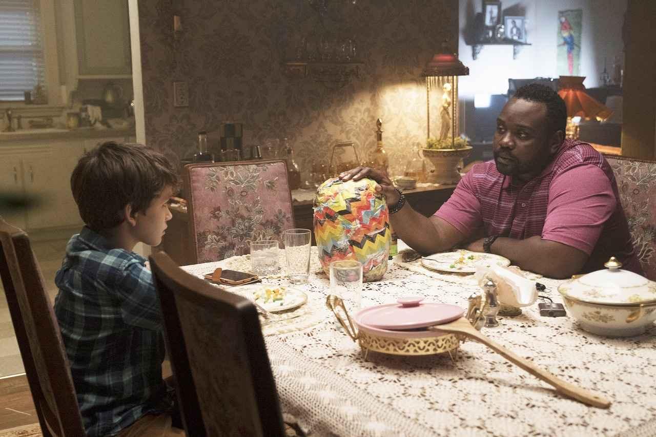 画像: ブライアン・タイリー・ヘンリー(右)は、主人公アンディと同じアパートに住む刑事マイクを演じる