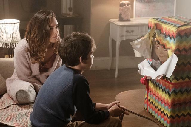 """画像: シングルマザーのカレンは、息子アンディの誕生日に、ひょんなことから手に入れた""""バディ人形""""をプレゼントする"""