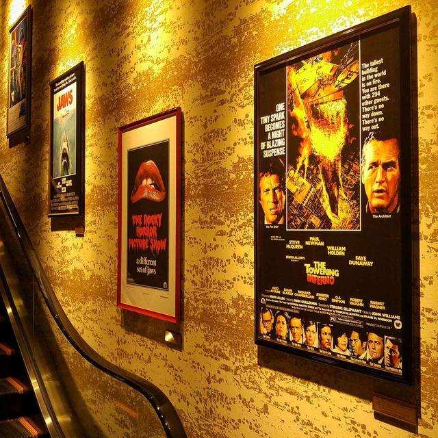 画像: エスカレーターの壁面には名作映画のポスターを陳列。これは映画ファンには嬉しい