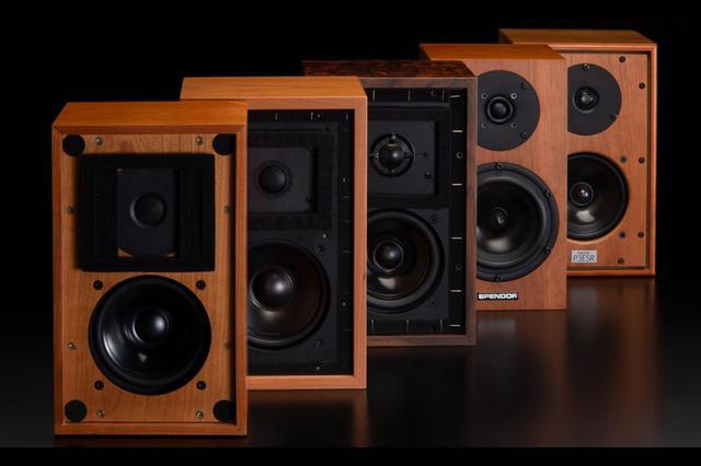 """画像: 「BBC小型モニターの系譜——コンパクトスピーカーを真空管アンプで聴く」では、傅 信幸氏がBBCモニターの系譜に連なる現代の小型スピーカー5モデルを管球式アンプとの組合せで試聴します。優しい繊細感、渋みのある大人の鳴り方など、記憶に刻まれる""""ブリティッシュ・サウンド""""が引き出せるかを最新モデルで探ります。"""
