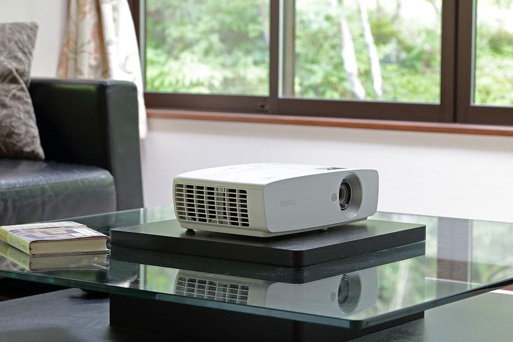 画像: BenQの2K DLPプロジェクター「HT1070+」の映像とも見比べてみた。こちらは約5年前に発売された同社のヒットモデルだ(現在は販売を終了している)