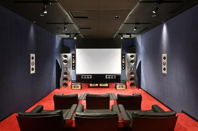 画像: KEF Music Laboratoryの内部の模様(130インチのスクリーンを下した状態)