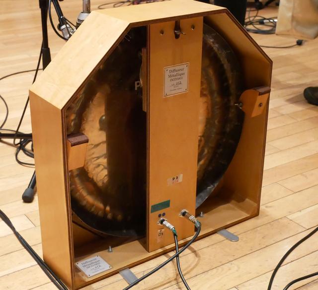 画像: 上の写真左のホームベース型楽器の裏側
