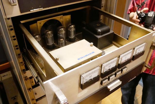 画像: 「VMS66」用の真空管アンプ部。筐体はタワー型で、ファミリー用の冷蔵庫ほどの大きさ