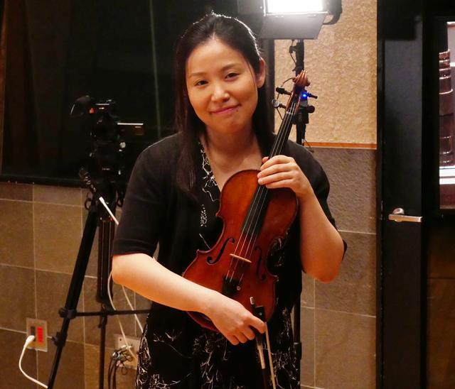 画像: ヴァイオリン奏者の米元響子氏。楽器は1727年製ストラディバリウスだ