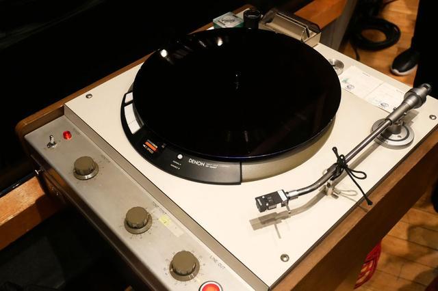 画像: 辻本氏の演奏をダイレクト・カッティングした盤。会見場(スタジオ)で再生していた