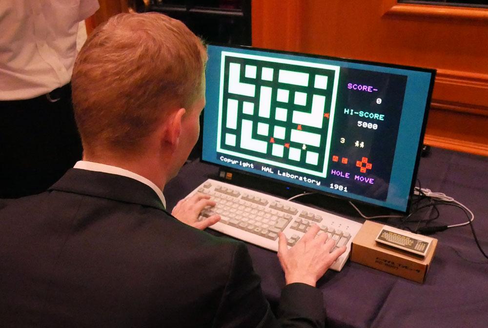 画像: 会見後ゲームに興じるデビット社長