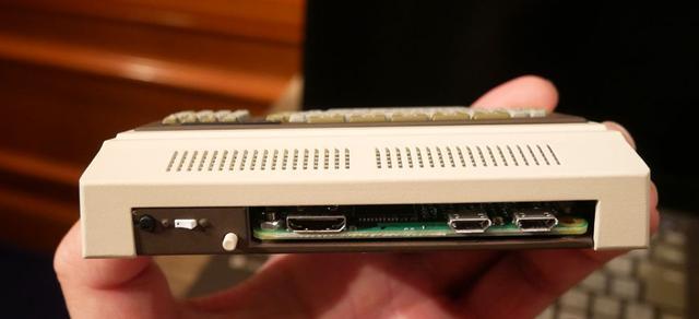 画像: 「PasocomMini PC-8001」の背面。左がミニHDMI。中央がキーボード用のマイクロUSB。右は給電用のマイクロUSB(電源別売)