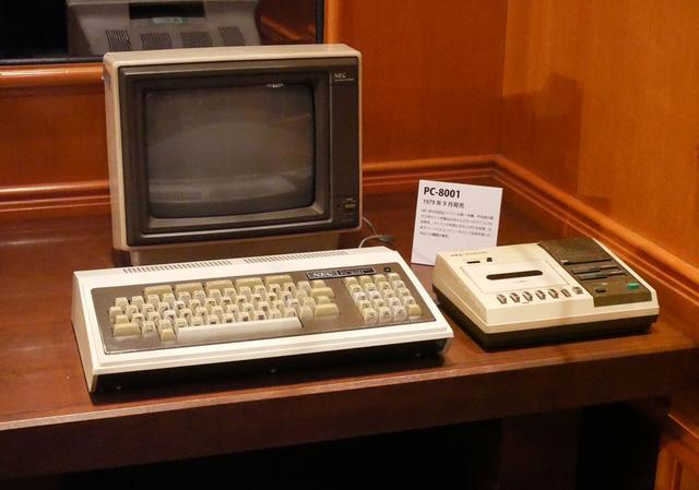 画像: 日本初の本格的パーソナルコンピューター「PC-8001」。記録媒体はカセットテープ