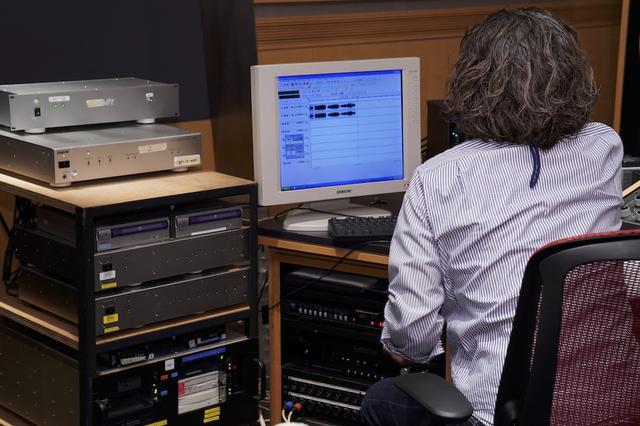 画像: 今回実施されたマスタリングのひとコマ。エンジニアはソニー・ミュージックスタジオの鈴木浩二さん。