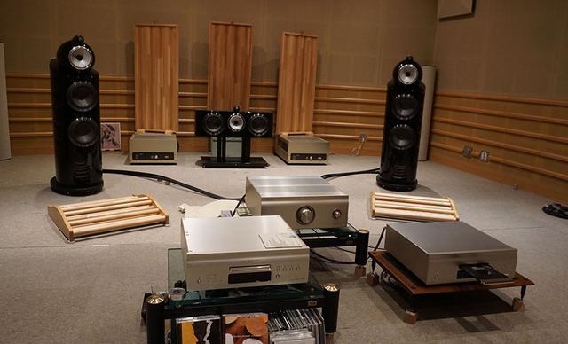 画像: 発表会に続いて、デノン試聴室でSX1 LIMITEDのサウンドを体験させてもらった。写真右手前がDCD-SX1 LIMITEDで、中央奥がPMA-SX1 LIMITEDとなる