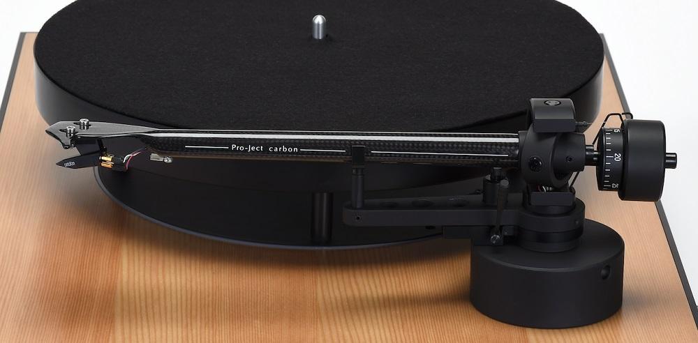画像: トーンアームにはプロジェクト社のカーボンファイバー製ストレート型9ccを搭載。ヘッドシェル一体型で、付属のカウンターウェイトで6~10gのカートリッジに対応可能。