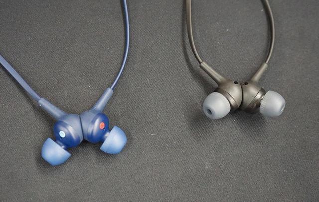 画像: Bluetoothイヤホン「WI-XB400」はマグネット搭載で、使わないときはネックレス状にして首掛けできる