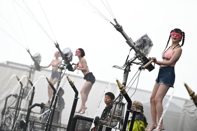 画像: 放水部隊による散水も、本国同等のパフォーマンスで会場を沸かせる