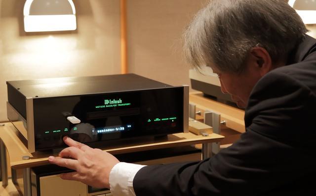 画像: ディスクの他、USBメモリーに収めたハイレゾ音源の音質を確認する三浦氏。