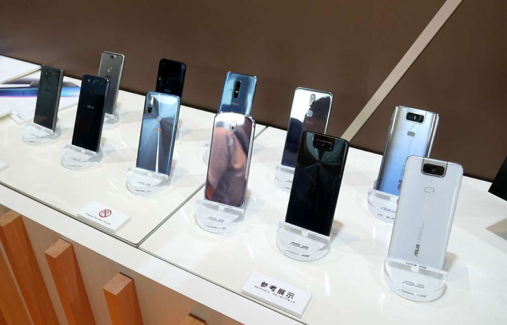 画像: ZenFone 6の試作機。インカメラをいかになくすか(目立たなくするか)をテーマに、いろいろなデザインが検討されていた
