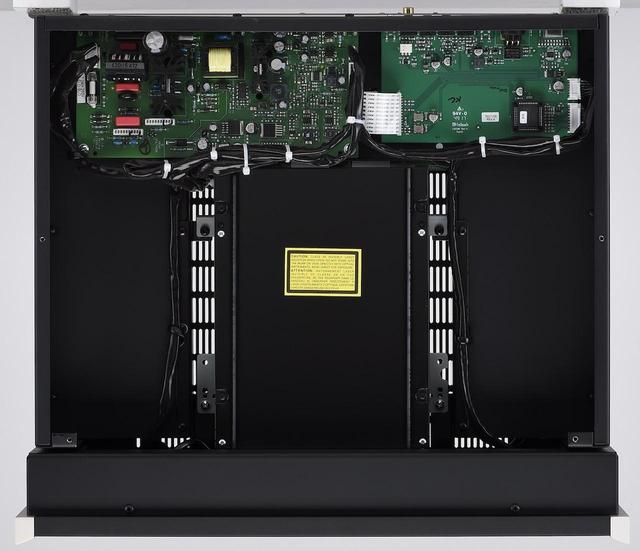 画像: シャーシ中央部にディスクドライブを配した本機の内部。左後部に電源部を置き、電源トランスにはフラックスの少ないRコア型を採用する。