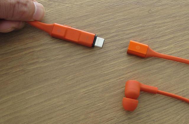 画像: ケーブル右側にUSB-Type-Cコネクターが内蔵されており、充電はここから行なう仕組。このコネクターをP30 liteに差し込んでもいいし、USB Type-Aとの変換アダプターも付属している