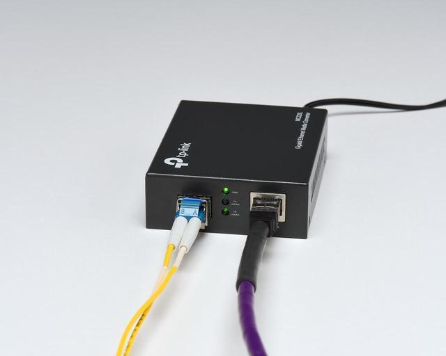 画像: RJ45端子をSFP(光LAN)端子に変換する目的で、業務用ネットワーク系ブランドのTP LinkのMC220Lという機器を使った