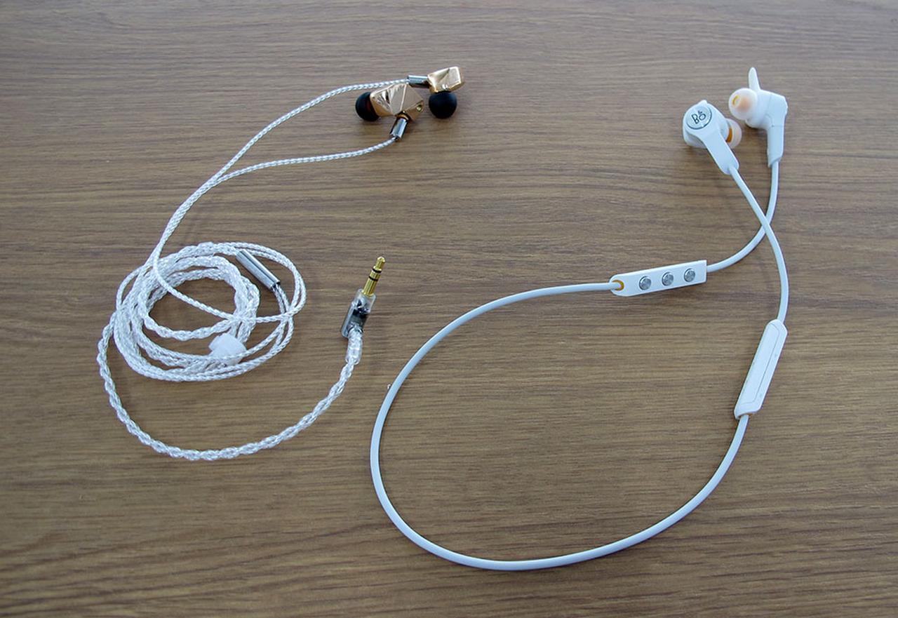 画像: ファイナルのハイレゾ対応イヤホン「B1」(左)と、B&OのBluetoothイヤホン「E6 Motion」(右)。それぞれで持ち味の異なるサウンドを聴かせてくれた