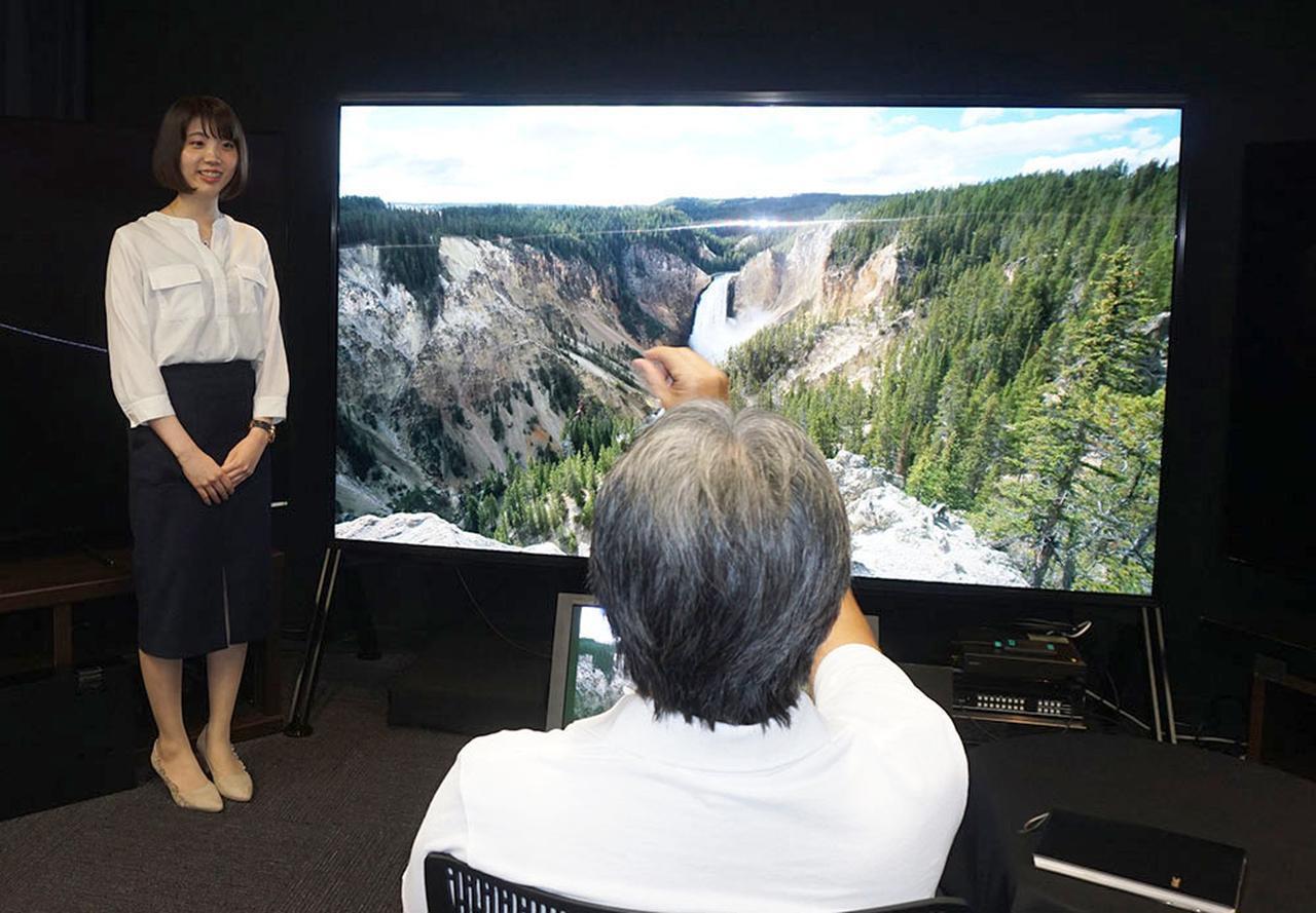 画像: Z9Gシリーズのコンセプトについて質問する山本さん。なお北米での価格は98インチが7万ドル前後、85インチは1万3000ドル前後とか