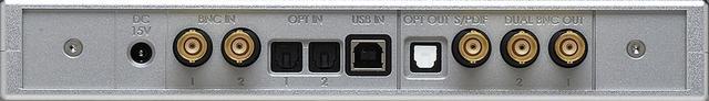 画像: 同社DAC専用のアップサンプラーであるHugo M Scalerのリアビュー。デジタル入力はBNC2系統、TOS光2系統、USB1系統。デジタル出力はTOS光1系統、BNC端子によるS/PDIF出力1系統。さらにHugo TT2とリンクするデュアルBNC出力1系統を装備。