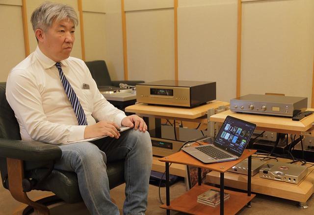 画像: ハイレゾ音源を含めて試聴する三浦氏。