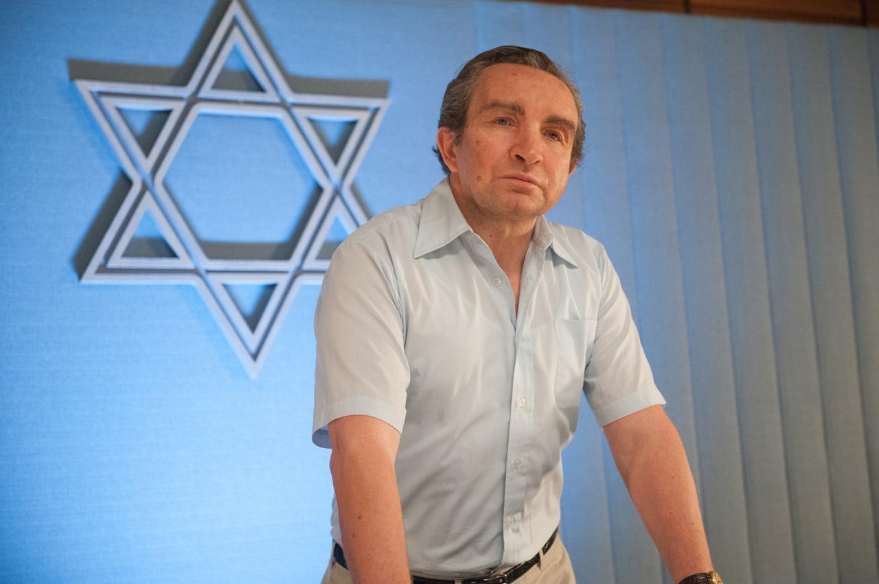 画像: ラビン首相と駆け引きを繰り広げるペレス国防大臣役は、癖が強い役柄を演じることが多いエディ・マーサン。個性的な顔は、一度観たら忘れられない