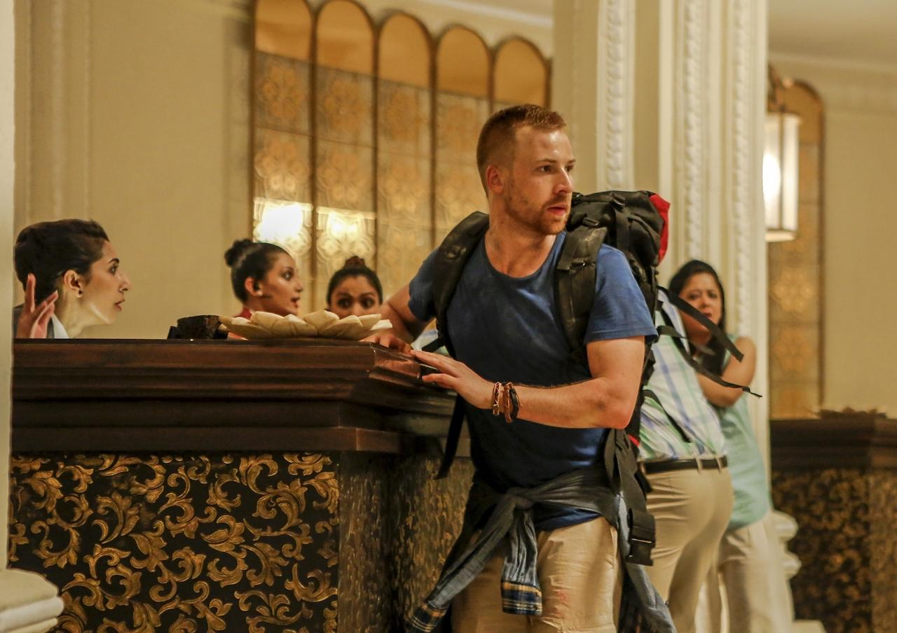 画像: 外で襲撃にあった観光客らが、タージマハル・パレス・ホテルに逃げ込んでくる。ホテルは彼らを受け入れるのだが……